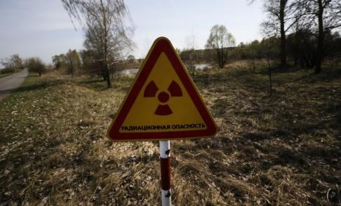 Sergei Grits/AP/TT En varningsskylt vid en vägspärr in till den avstängda zonen runt Tjernobyl i Ukraina. Arkivbild.
