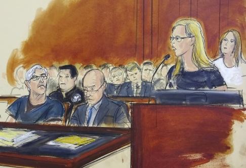 Elizabeth Williams/AP/TT Jeffrey Epstein, längst till vänster, vid en rättsförhandling i juli, då kvinnor vittnade om övergrepp han begått.