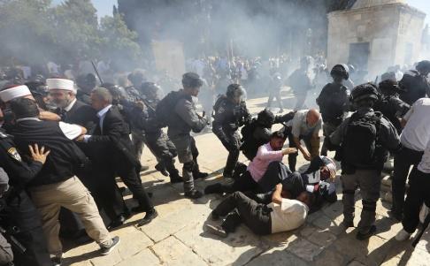 Mahmoud Illean/AP/TT Flera personer har skadats i sammandrabbningar på Tempelberget i Jerusalem.
