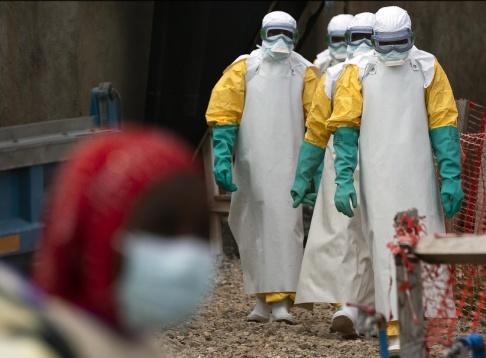Jerome Delay/AP/TT Vårdpersonal i staden Beni i nordöstra Kongo-Kinshasa bär skyddsdräkter för att skydda sig mot ebolasmitta. Bild från juli.