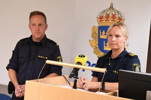 Johan Nilsson/TT Martin Thornell, kommunpolis, och Åsa Nilsson, tf lokalpolisområdeschef i Kristianstad, under en pressträff om måndagens våldsbrott.