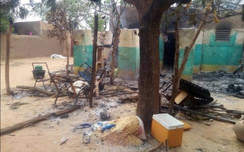 Tabital Pulaaku/AP/TT Utbrända hus och förödelser efter en etniskt grundad attack mot byn Ogossogou i Mali i mars. Arkivbild.