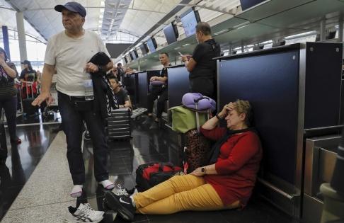 Kin Cheung/AP/TT Resenärer väntar på att incheckningsdiskarna ska öppna på tisdagen.