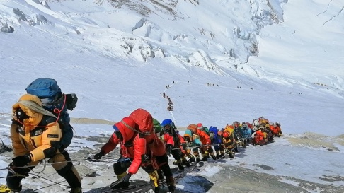 Rizza Alee/AP/TT Nya regler för att bestiga Mount Everest ska minska antalet dödsolyckor. Bild från årets vårsäsong.