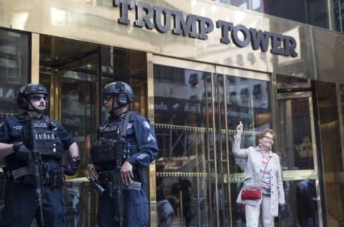 Mary Altaffer/AP/TT Trump Tower är hårt bevakat när presidenten är i närheten. Här låter en turist sig fotograferas en majdag i år.