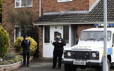 Frank Augstein/AP/TT Brittiska poliser utanför den ryske ex-agenten Sergej Skripals hus i Salisbury. Arkivbild