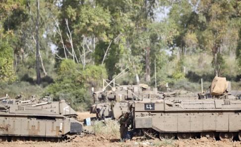 Ariel Schalit/AP/TT En israelisk soldat vid gränsen mot Gaza. Bilden har ingen koppling till händelserna i texten. Arkivbild.