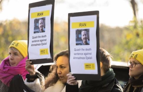 Hossein Salmanzadeh/TT En demonstration utanför Irans ambassad på Lidingö 2017 till stöd för den svenskiranske läkaren Ahmedreza Djalali. Samma år dömdes han till döden i Iran.