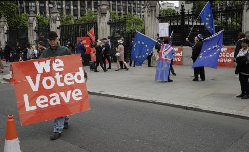 Matt Dunham/AP/TT Demonstranter för och emot brexit i London tidigare i sommar. Arkivbild.