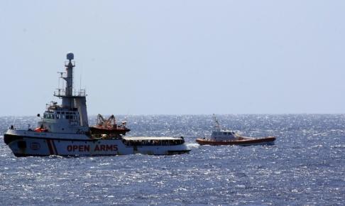 Elio Desiderio/Ansa/AP/TT Open Arms och en båt från italienska kustbevakningen utanför Lampedusa i södra Italien. Arkivbild.