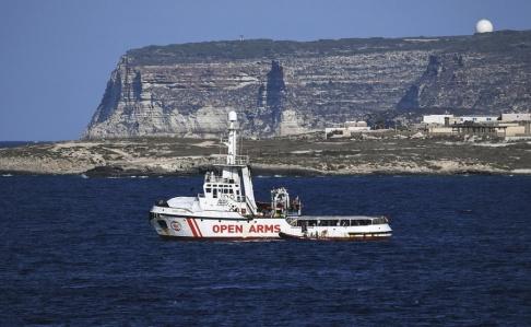 Salvatore Cavalli/AP/TT Räddningsfartyget Open Arms utanför den italienska ön Lampedusa.