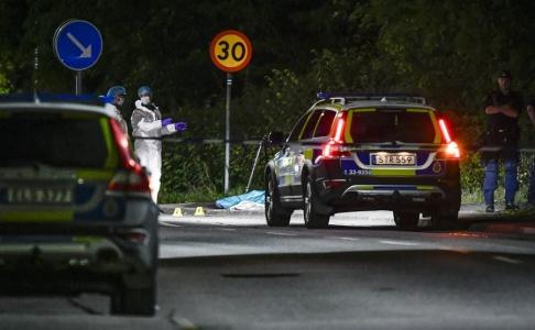 Jessica Gow/TT Polis och tekniker vid avspärrning i närheten av den plats i Stocksund strax norr om Stockholm där en man påträffades efter en skottlossning på måndagskvällen. Polisen har hittat hylsor på platsen och bedriver en förundersökning angående mord.