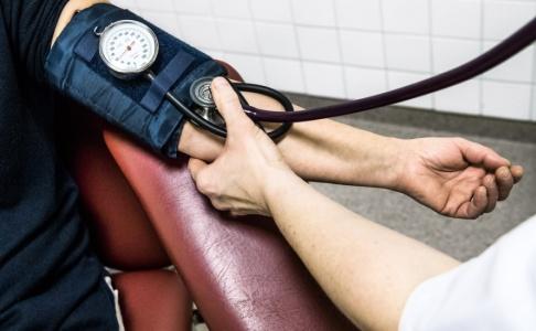 Claudio Bresciani/TT Ett högt blodtryck i medelåldern riskerar att påverkar hjärnan senare i livet, visar forskning. Medelåldern tycks vara en känslig period i livet, varför experterna anser att man rutinmässigt bör kontrollera sitt blodtryck redan före 40 års ålder. Arkivbild.