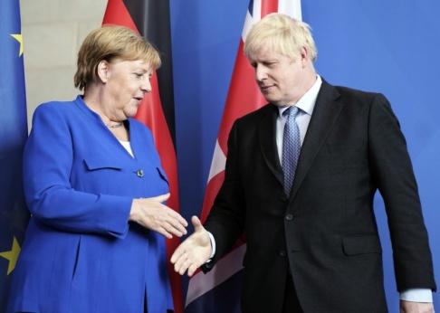 Kay Nietfeld/DPA via AP/TT Tysklands förbundskansler Angela Merkel tycks vara öppen för en kompromiss vad gäller brexitavtalet. Här tar hon emot Storbritanniens premiärminister Boris Johnson i Berlin.