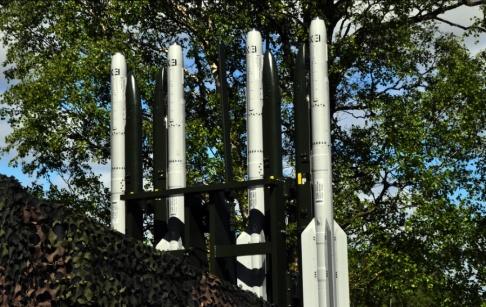 Försvarsmakten Robot 98 används till Jas 39 Gripen. Nu har systemet anpassats så att robotarna kan skjutas från en bandvagn.
