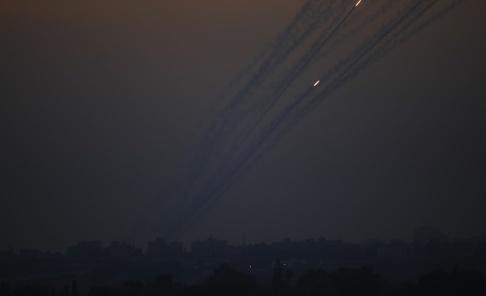 Ariel Schalit/AP/TT Raketer som avlossats från Gazaremsan mot Israel lämnar spår på himlen. Arkivbild.