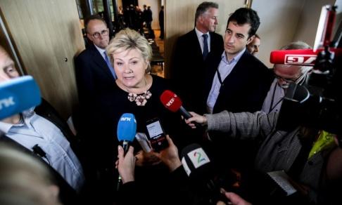 Vidar Ruud/NTB Scanpix/TT Erna Solberg pratar med medierna under fredagen.