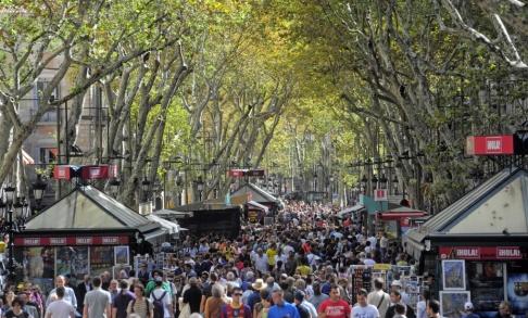 Manu Fernandez/AP/TT Folkmassa i centrala Barcelona, där gaturånen har ökat rejält på senare tid.