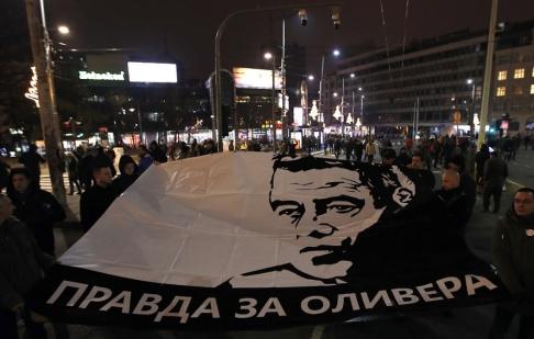 Darko Vojinovic/AP/TT Demonstranter i Serbiens huvudstad Belgrad kräver att mordet på den kosovoserbiske politikern Oliver Ivanovic klaras upp. Arkivbild.
