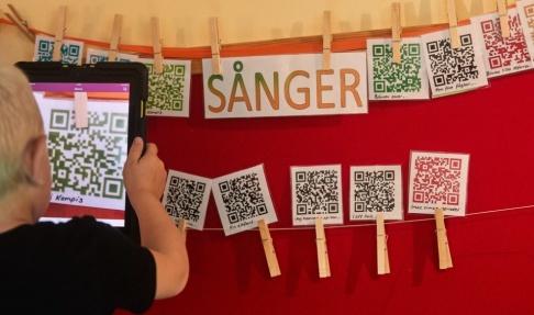 Andreas Hillergren/TT Med hjälp av QR-koder kan barnen få tillgång till en specifik saga eller sång, som de kan lyssna på i en läsplatta.