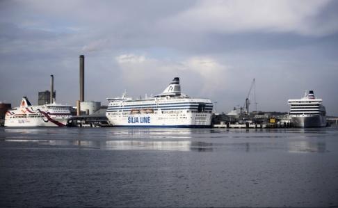 Fredrik Sandberg/TT Tallinks passagerarfärja Baltic Queen och Silja Lines färja Silja Serenade vid kaj i Värtahamnen. Arkivbild.