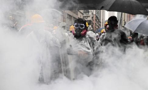 Kin Cheung/AP/TT Polisen i Hongkong satte in tårgas mot demonstranterna på söndagen.