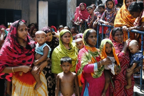 Kvinnor och barn i ett slumkvarter i Dhaka i Bangladesh. Foto: EPA/MONIRUL ALAM. Arkivbild.
