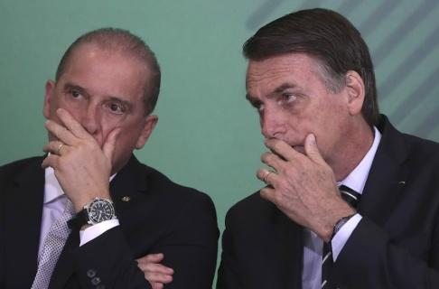 Eraldo Peres/AP/TT Onyx Lorenzoni och Jair Bolsonaro. Arkivbild.