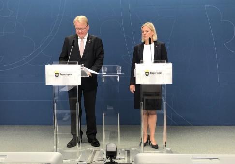 Tove Eriksson/TT Finansminister Magdalena Andersson (S) och försvarsminister Peter Hultqvist (S) presenterar finansieringen av de ökade anslagen till försvaret.