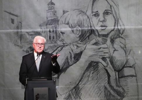Czarek Sokolowski Tysklands president Frank-Walter Steinmeier bad om förlåtelse under en minnesceremoni i Polen. Arkivbild.