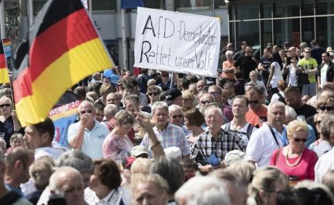 """Joerg Carstensen/AP/TT """"AfD – rädda vårt folk!"""" står det på en banner under ett väljarmöte i staden Cottbus i Brandenburg."""