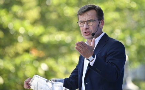 Anders Wiklund/TT Moderaternas partiledare Ulf Kristersson sensommartalar i Ugglans park i Strängnäs.