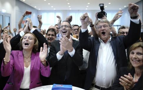 Michael Kappeler/AP/TT Jubel på AfD:s valvaka i tyska Sachsen. Till vänster partiets toppnamn i delstaen: Beatrix von Storch.