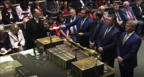 Brittiska underhuset/PA/AP/TT Röstresultatet, som innebär att brittiska regeringen väntas föreslå nyval, läses upp i underhuset på tisdagskvällen.
