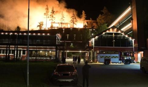 Niclas Thunborg / gobiten.se /TT En del av en konferensanläggning i Östanskär utanför Sundsvall blev totalförstörd i en kraftig brand.
