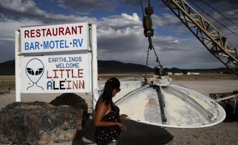 """John Locher/AP/TT En turist tittar på ett """"ufo"""" utanför """"Little A'Le'Inn"""" i Rachel, Nevada. Bild tagen i juli i år."""