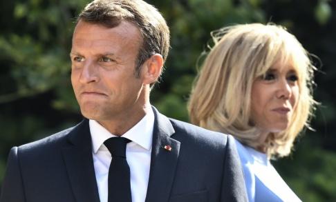 Gerard Julien/AP/TT Frankrikes president Emmanuel Macron tillsammans med sin fru Brigitte Macron. Arkivbild.
