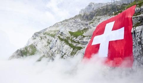 Ennio Leanza/AP/TT Den schweiziska migrationsmyndigheten har för första gången fråntagit en person med dubbelt medborgarskap det schweiziska medborgarskapet på grund av terrorrelaterad brottslighet. Arkivbild.