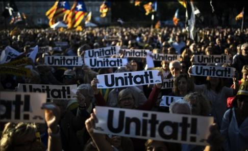 Emilio Morenatti/AP/TT Massiva manifestationer för katalansk självständighet genomfördes i Barcelona på onsdagen, dagen då man firar sin katalanska nationaldag.