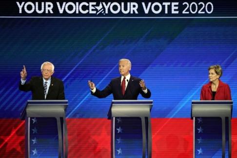 David J Phillip/AP/TT Bernie Sanders, Joe Biden och Elizabeth Warren fick stå i mitten, eftersom de utgör tättrion i opinionen.