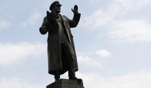 Petr David Josek/AP/TT Den omstridda statyn i Tjeckiens huvudstad Prag.