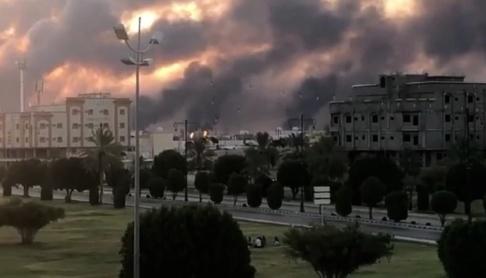 Rök ses efter en brand på en Aramco-fabrik i Abqaiq i Saudiarabien, 14 september, 2019 på denna bild erhållen från sociala medier. Bild: Reuters.