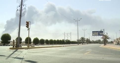 al-Arabiya/AP/TT Rök syns stiga från bränderna som drönarattackerna orsakade mot saudiska oljeanläggningarna.