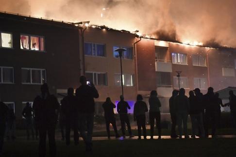 Fredrik Sandberg/TT Enligt ögonvittnen kan branden ha startat på en balkong.