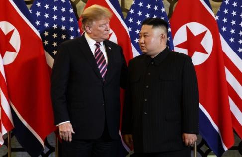 Evan Vucci/AP/TT Donald Trump och Kim Jong-Un i Hanoi i februari i år.