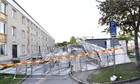 Jessica Gow/TT En byggnadsställning har rasat i den hårda vinden på Snapphanevägen i Jakobsberg.