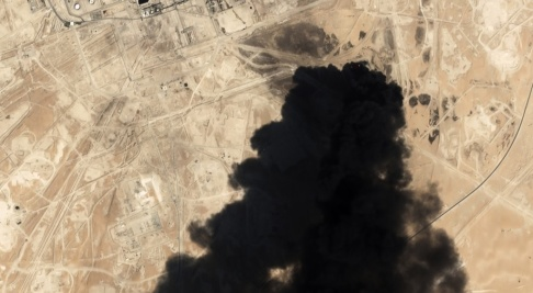Planet Labs/AP/TT Tjock svart rök steg i lördags från Saudi Aramcos oljeanläggning i Abqaiq. Arkivbild.