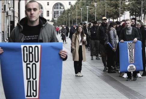 AP/TT Demonstranter i Moskva på onsdagen kräver att den fängslade skådespelaren Pavel Ustinov släpps.