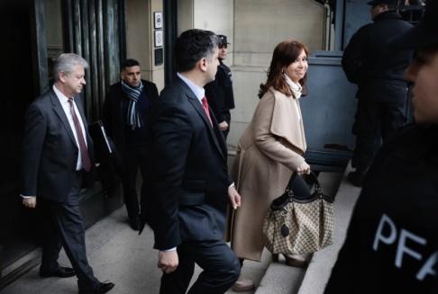 Sebastian Pani/AP/TT Cristina Kirchner lämnar en domstol i Buenos Aires efter att tidigare i september ha vittnat i ett annat korruptionsmål mot henne.