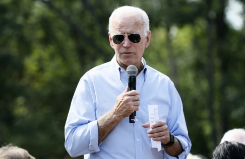 Charlie Neibergall/AP/TT Joe Biden vid ett valmöte i Cedar Rapids, Iowa, under fredagen.